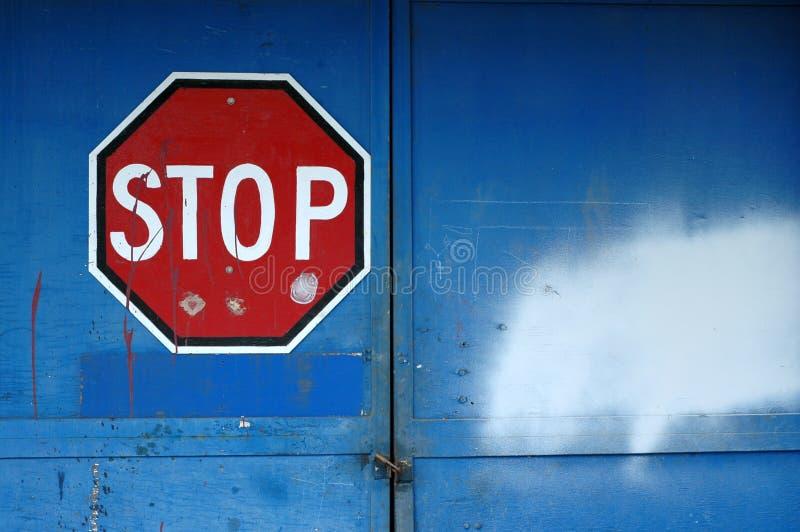 Stoppen Sie Zeichen auf einem verlassenen Gebäude stockfotografie