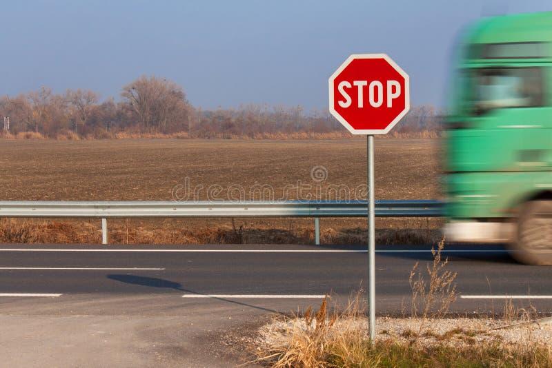 Stoppen Sie Zeichen an den Kreuzungen Landwirtschaftliche Straße Nehmen Sie auf die Hauptstraße heraus Hauptstraße Gefährliche St stockbilder