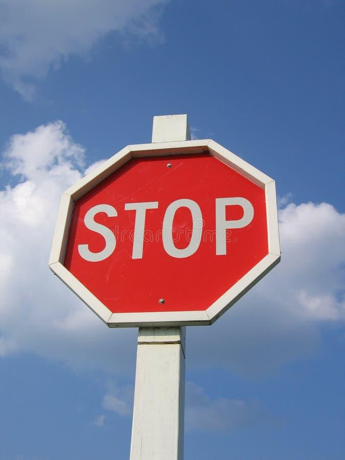 Stoppen Sie Zeichen und blauen Wolken-Himmel lizenzfreies stockbild