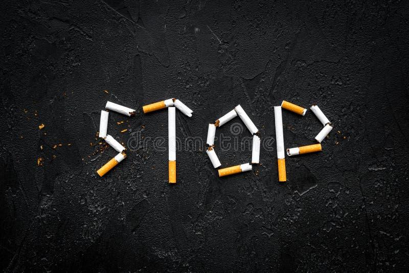 Stoppen Sie zu rauchen Fassen Sie Halt gezeichnete Zigaretten auf schwarzem Draufsicht-Kopienraum des Hintergrundes ab stockbild