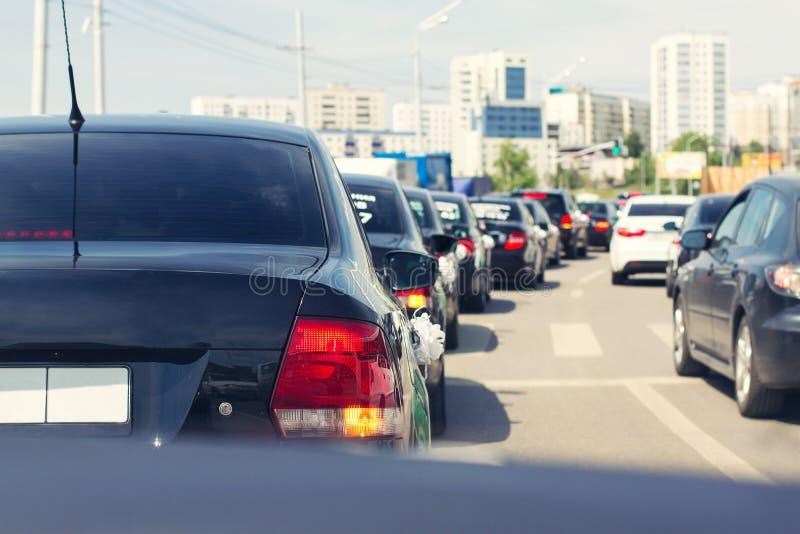 Stopper von den Autos im Stadtzentrum stockfotos