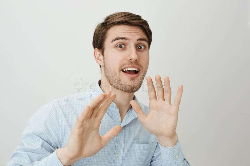 Stoppet slår inte mig Ståenden av attraktiva europeiska män med borstet och gör perfekt hud som tillbaka vippar på och att lyfta  arkivbilder