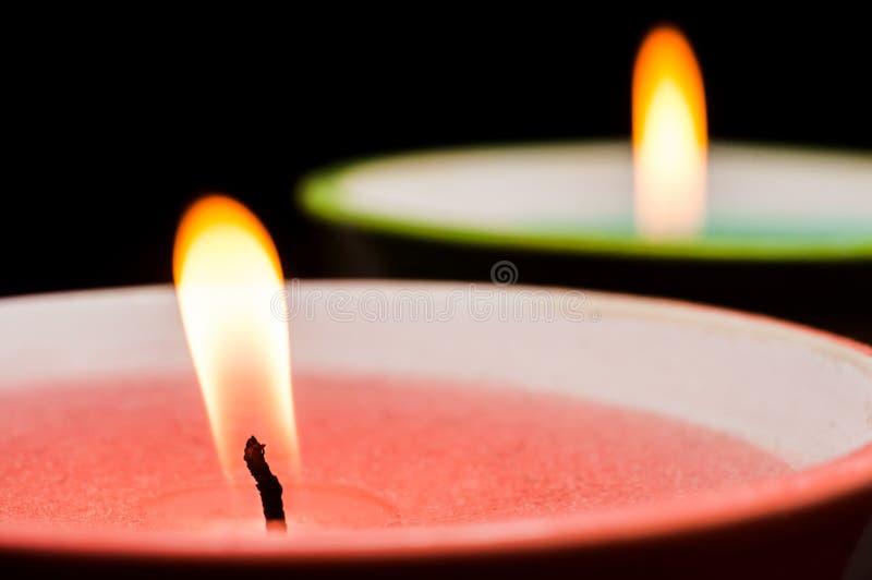 Stoppino bruciante della candela con il primo piano rosa della cera su fondo nero Macro fucilazione fotografia stock libera da diritti