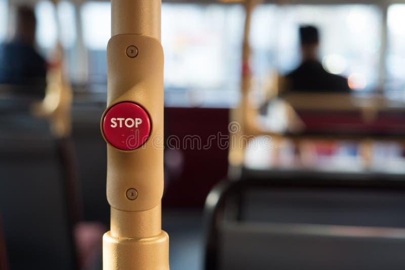 Stoppknapp på en London buss med en suddig bakgrund London 2017 arkivfoton