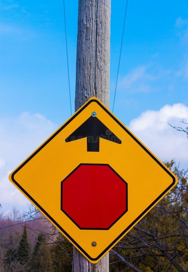 Stoppschild angebracht am Telefonmast, der Richtung gibt stockfoto