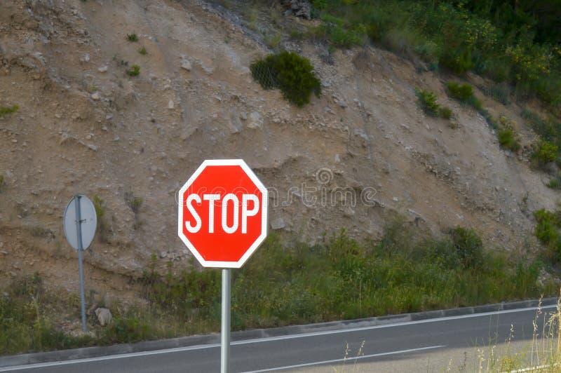 Stoppschild auf adriatischer Seeküstenstraße stockfoto