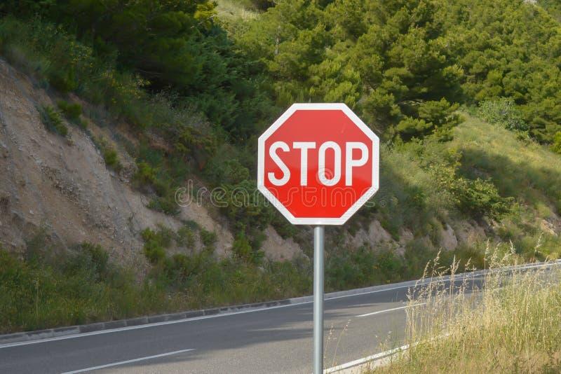 Stoppschild auf adriatischer Seeküstenstraße stockbild