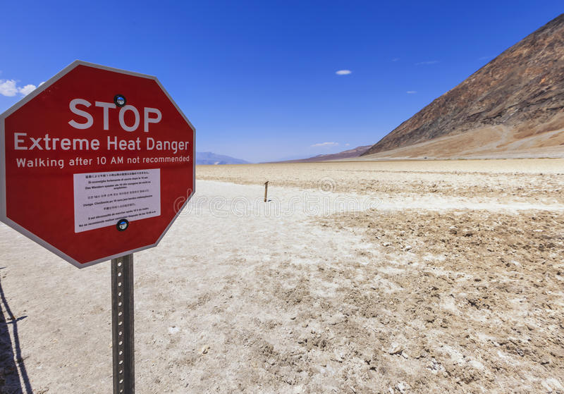 Stoppschild an Badwater-Becken in Death Valley, USA lizenzfreie stockbilder