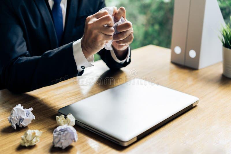 Stopptid för plan för affärsmanfelprojekt royaltyfri bild