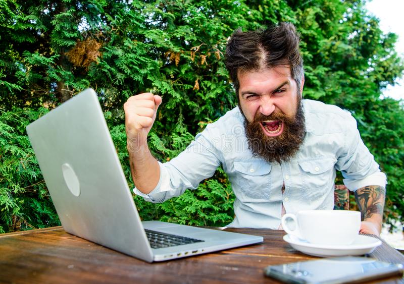 stopptid. mycket arbete. L?ttr?rlig aff?r. problemet l?ser. stressad man som arbetar p? b?rbara datorn. frustrerad kontorsarbetare fotografering för bildbyråer