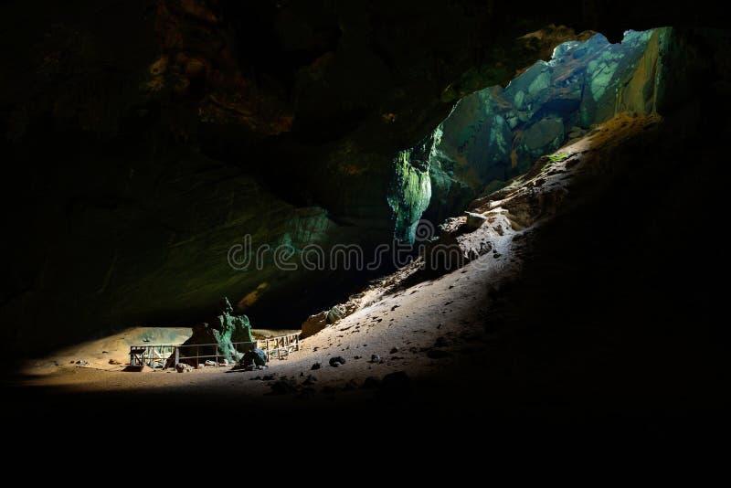 Stor öppning med solljus i den Phu Pha Phet grottan, den mest bigest caven arkivfoton