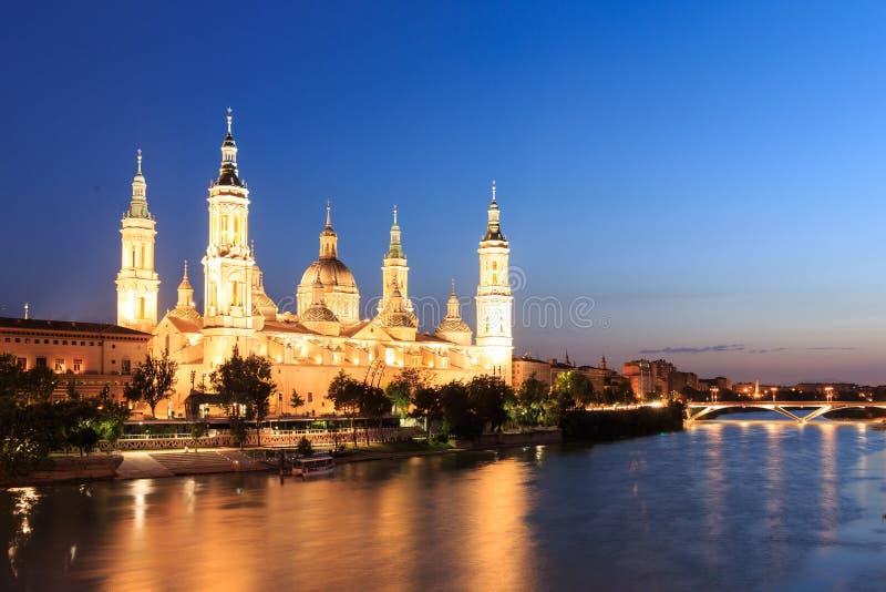 Stor aftonsikt av Pilar Cathedral i Zaragoza arkivfoto