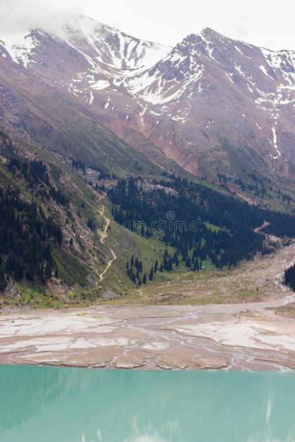 Stor Almaty sjö i sommar Härlig liggande i bergen royaltyfria foton