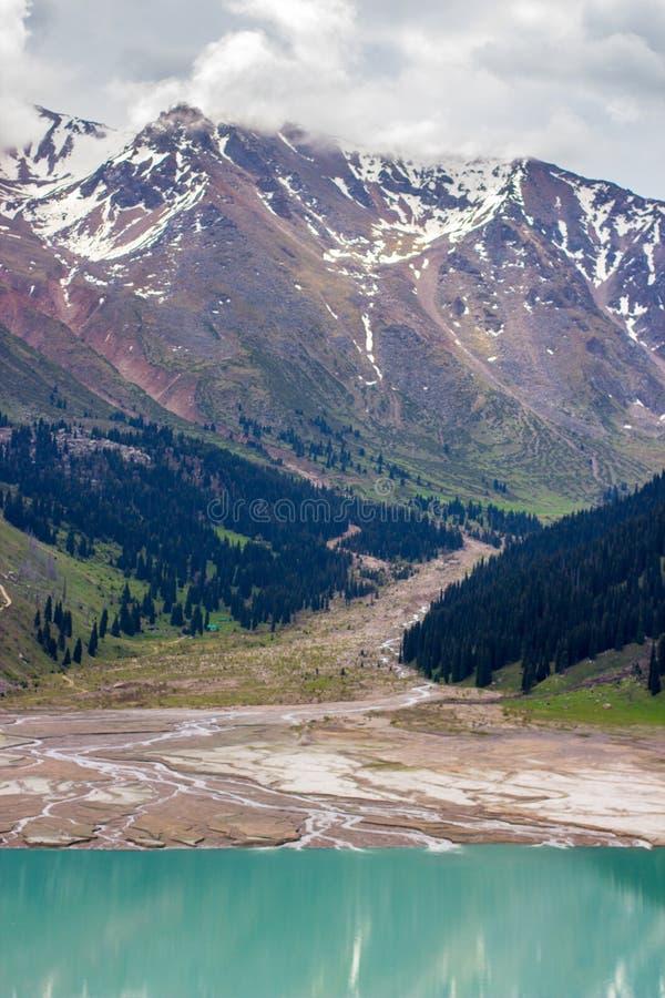 Stor Almaty sjö i sommar Härlig liggande i bergen royaltyfri fotografi
