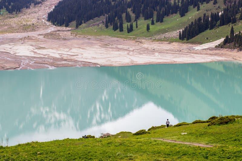 Stor Almaty sjö i sommar Härlig liggande i bergen arkivbilder