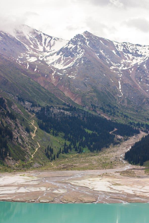 Stor Almaty sjö i sommar Härlig liggande i bergen arkivbild