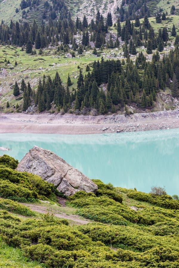 Stor Almaty sjö i sommar Härlig liggande i bergen fotografering för bildbyråer