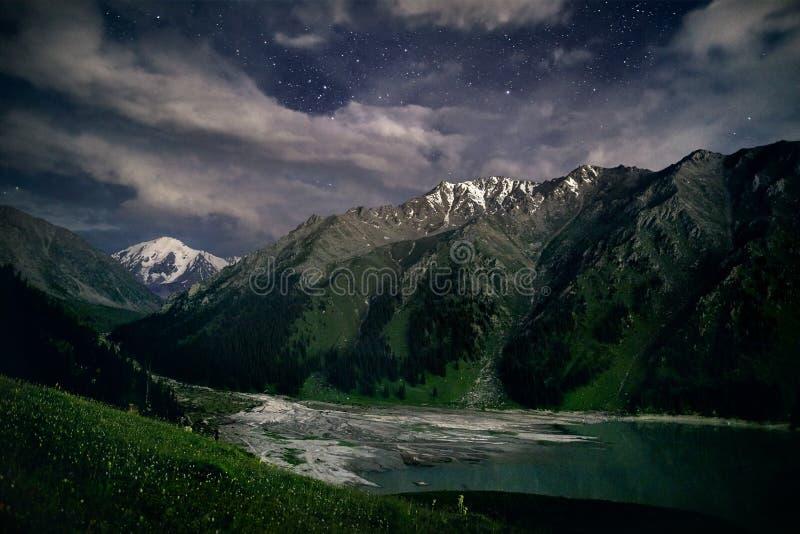 Stor Almaty sjö på natten royaltyfri bild