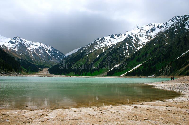 Stor Almaty sjö, Tien Shan Mountains i Almaty arkivbilder