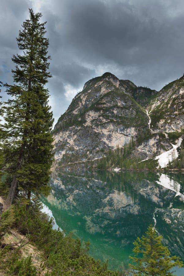 Stor alpin sjö Braies Pragser Wildsee Magisk och ursnygg plats Populär turist- dragning Lägeställe Dolomiti arkivbild
