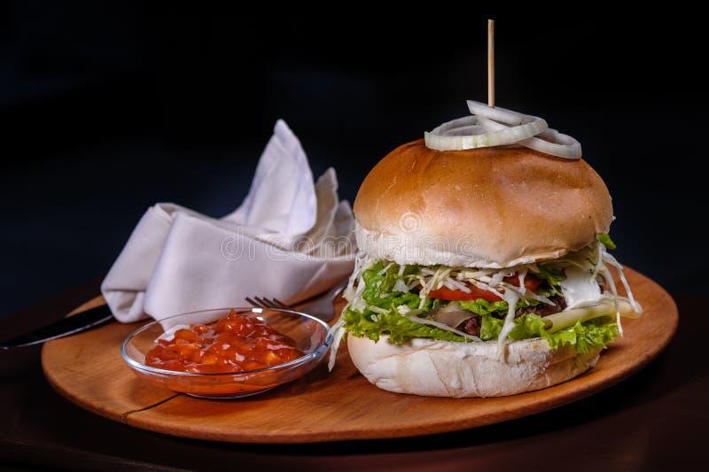 Stor amerikansk hamburgare arkivbild