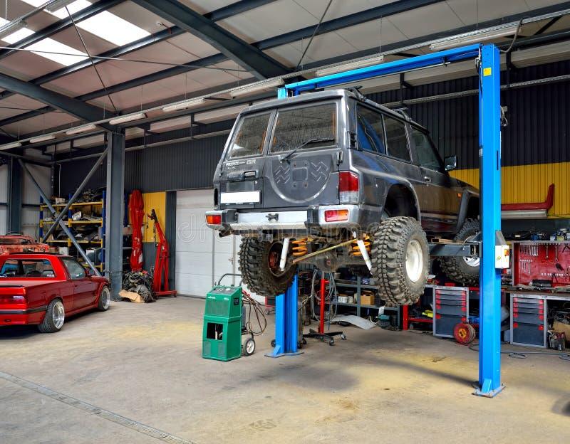 Stor av-väg bil inom bilservice royaltyfria bilder