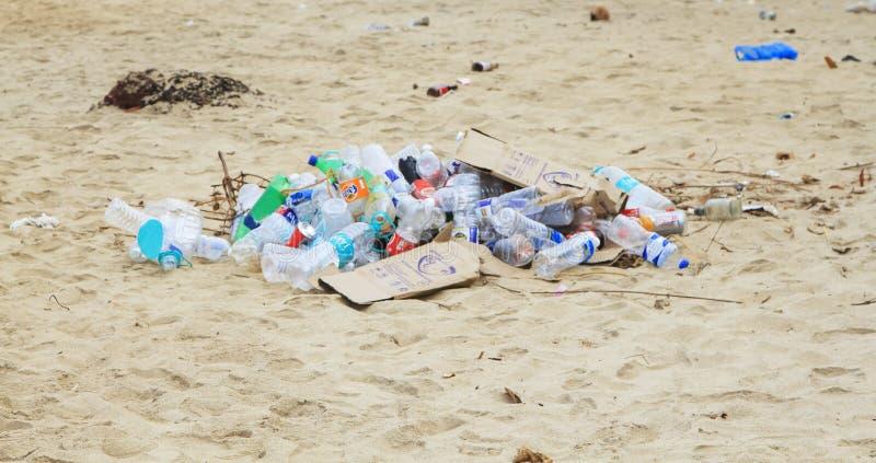 Stor avfalls för avskrädeförrådsplats av plast-flaskor på sanden royaltyfri fotografi