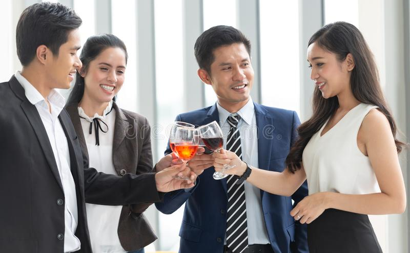 Stor avtal och beröm! Grupp av affärsfolk som rostar med rött vin, når möte om nya projekt arkivbilder