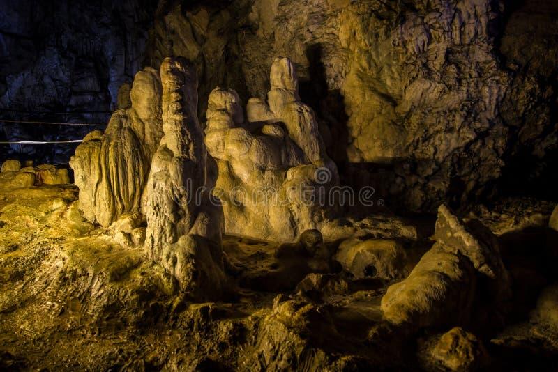 Stor Azishskaya grotta med speleothem i Adygeya, Ryssland royaltyfria foton
