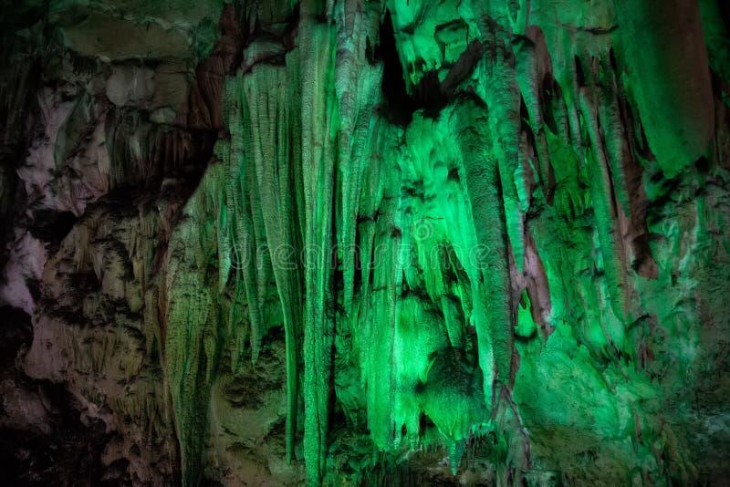 Stor Azishskaya grotta med speleothem, stalaktit, stalagmit och stalagnates arkivfoto