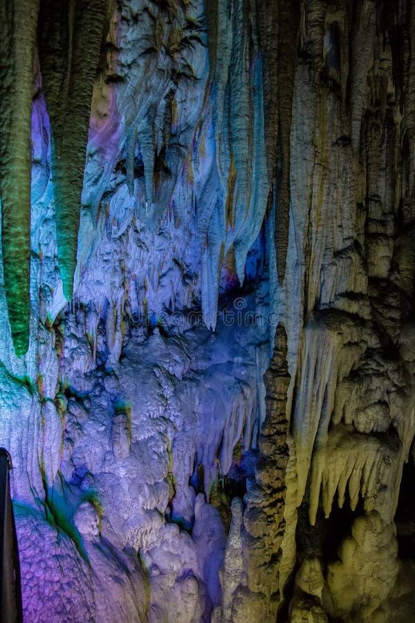 Stor Azishskaya grotta med speleothem, stalaktit, stalagmit och stalagnates arkivbild