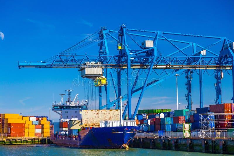 Stor behållareskyttel som är olastad i port av Rotterdam royaltyfria bilder