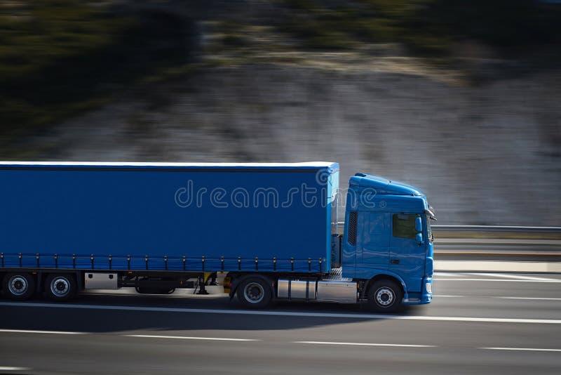 Stor blå halv lastbil arkivbilder