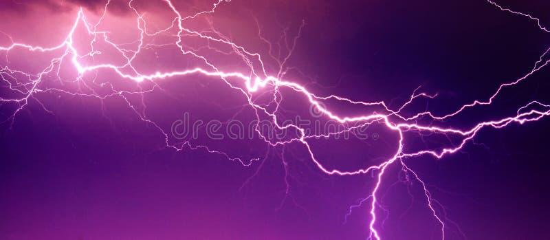 Stor blixt på skyen fotografering för bildbyråer