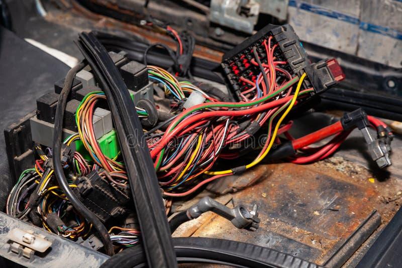 Stor bred kabel med mångfärgade röda och gröna trådar och kontaktdon och terminaler i den binda reparationen shoppar och elektrik arkivbilder
