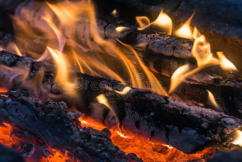 Stor brinnande brasa med den mjuka glödande flamman arkivfoton