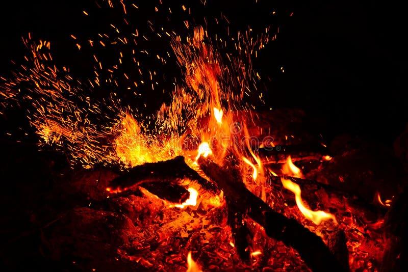 Stor brinnande brasa med den mjuka glödande flamman royaltyfria bilder