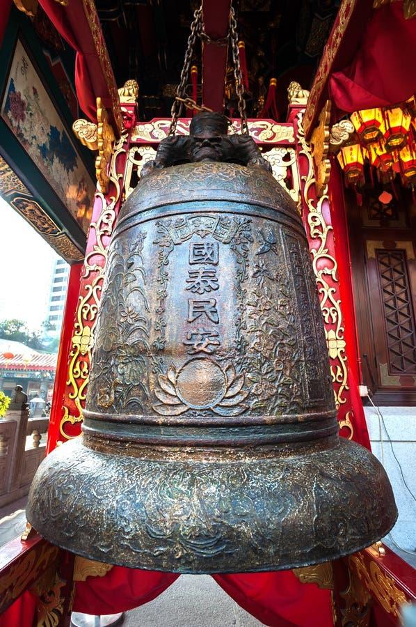 Stor bronsklocka på den Wong Tai Sin templet, Hong Kong royaltyfri foto