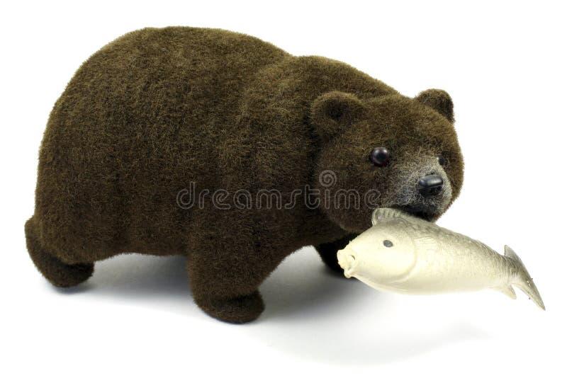 Stor brunbjörn med fisken i en mun som isoleras på en vit bakgrund royaltyfri foto