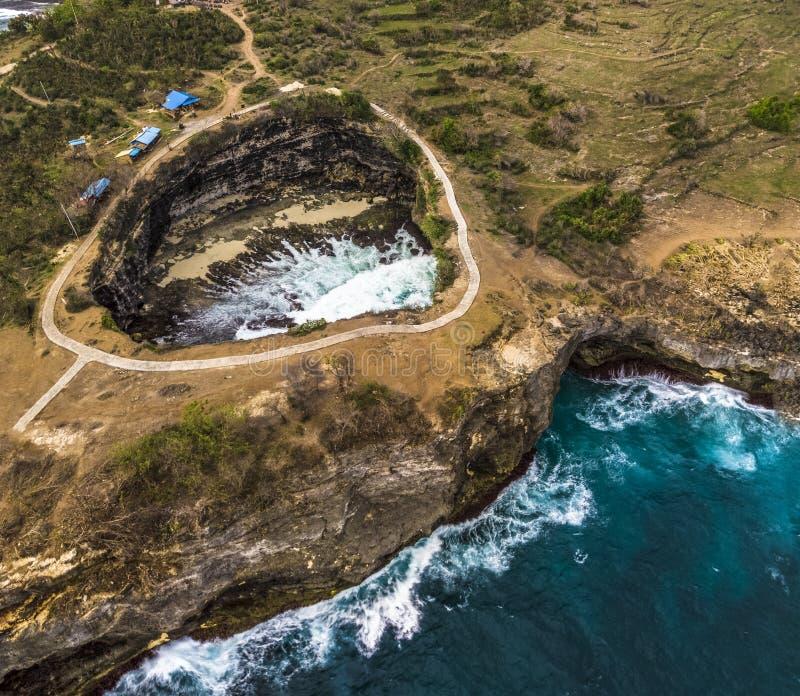 Stor bruten strand med att förbluffa klippor royaltyfri foto