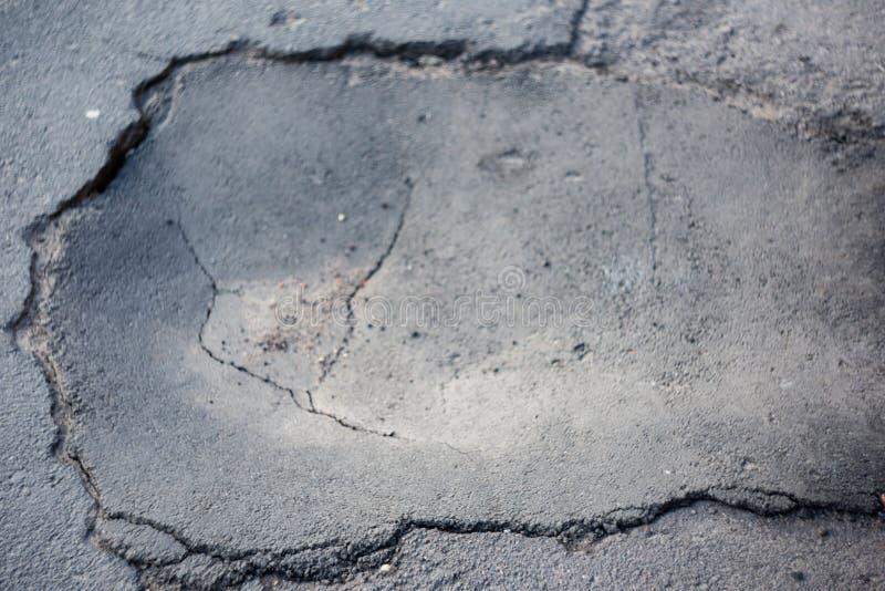 Stor buckla i asfalt royaltyfri fotografi