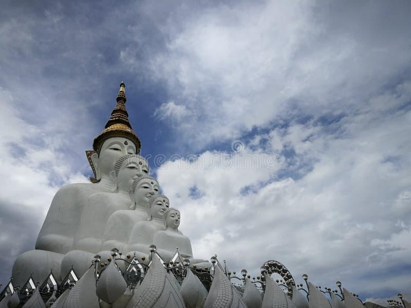 Stor buddha och himmel royaltyfri bild