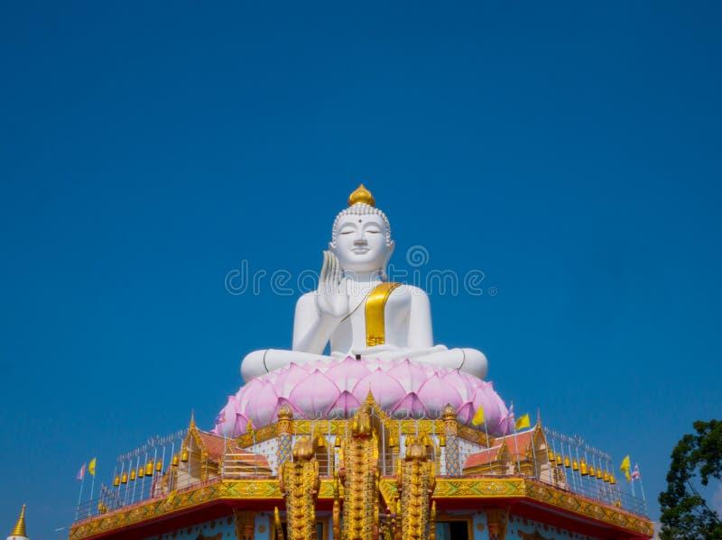 Stor Buddha på blå himmel arkivbild