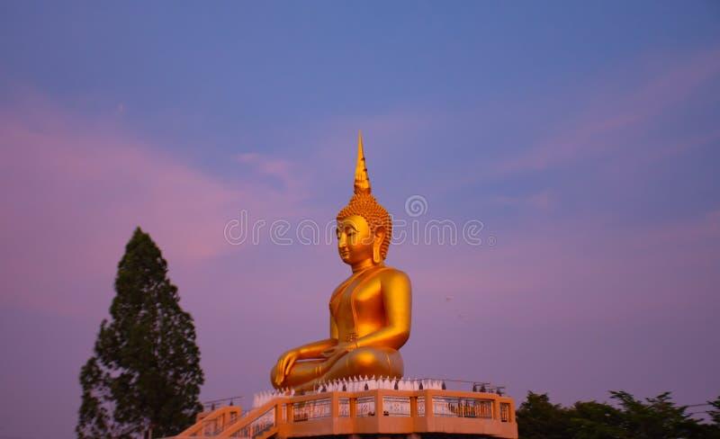 Stor Buddha som är guld- på Nonthaburi arkivfoto