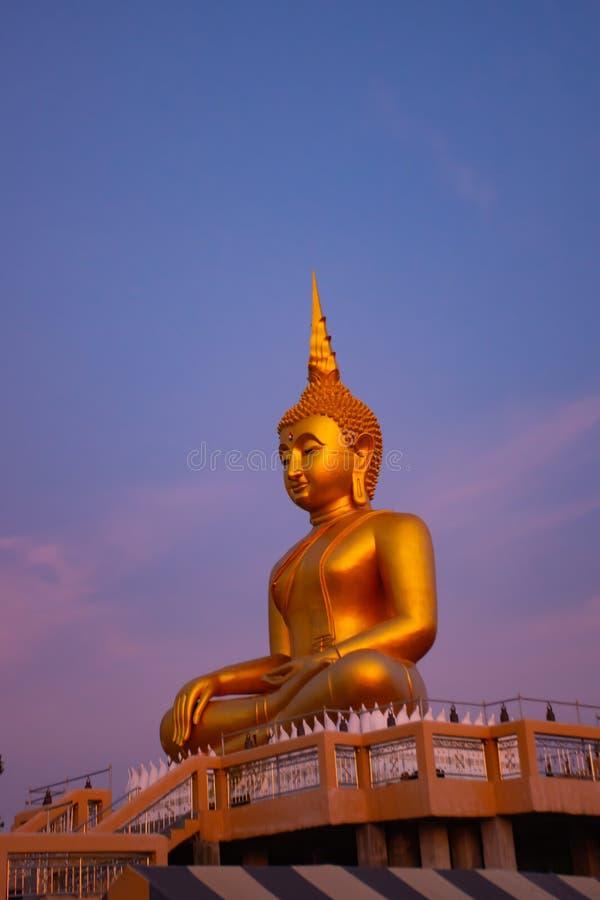 Stor Buddha som är guld- på Nonthaburi arkivfoton