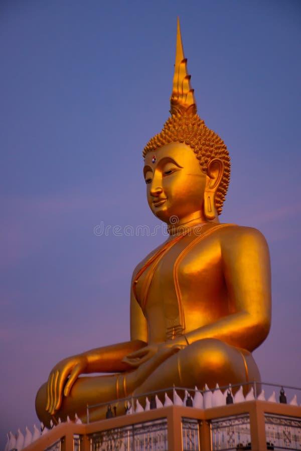 Stor Buddha som är guld- på Nonthaburi royaltyfri fotografi