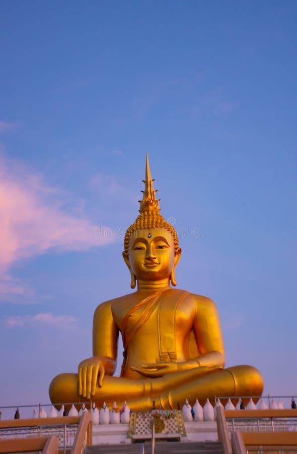 Stor Buddha som är guld- på Nonthaburi royaltyfri bild
