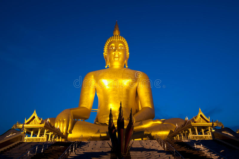 stor buddha staty mycket arkivfoto