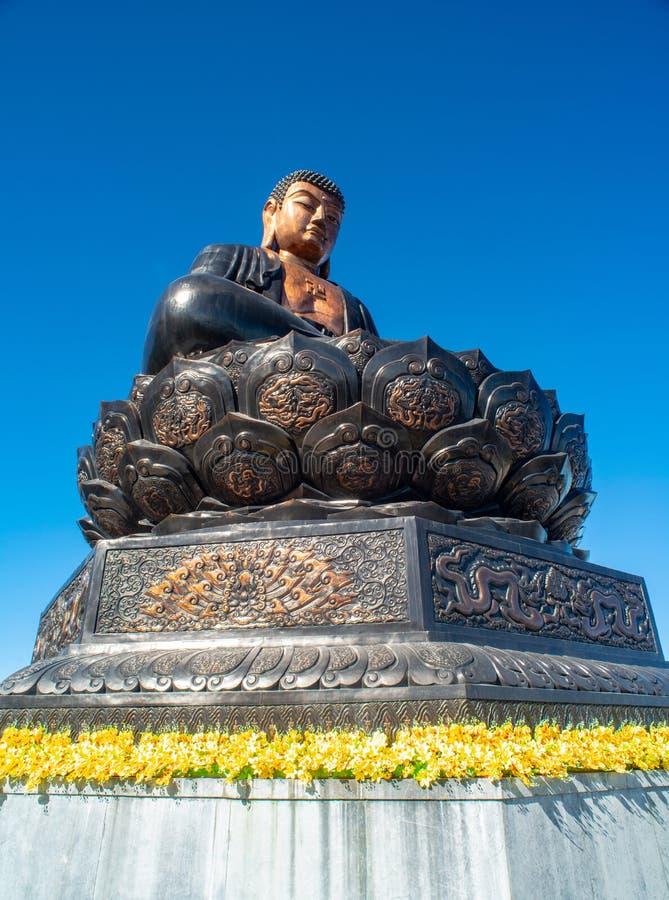Stor buddha staty upptill av det Fansipan berget fotografering för bildbyråer