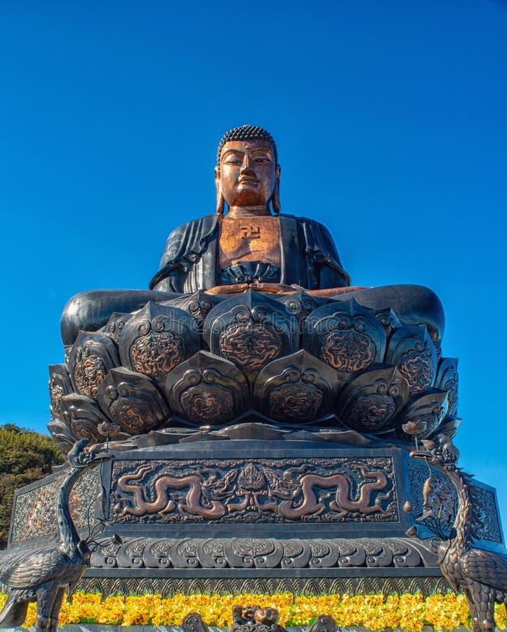 Stor buddha staty upptill av det Fansipan berget royaltyfria foton
